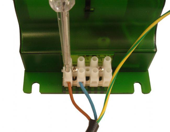 3. Come collegare i cavi dall'alimentatore al riflettore
