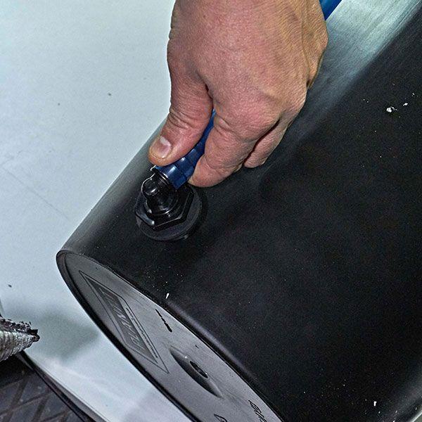 9. (Opzionale) Fissare il tubo indicatore di livello